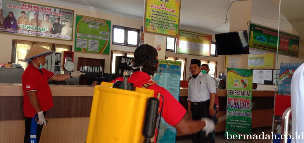 Relawan Effendi Sianipar dan Ruslan Tarigan Semprot Disinfektan di Perumahan