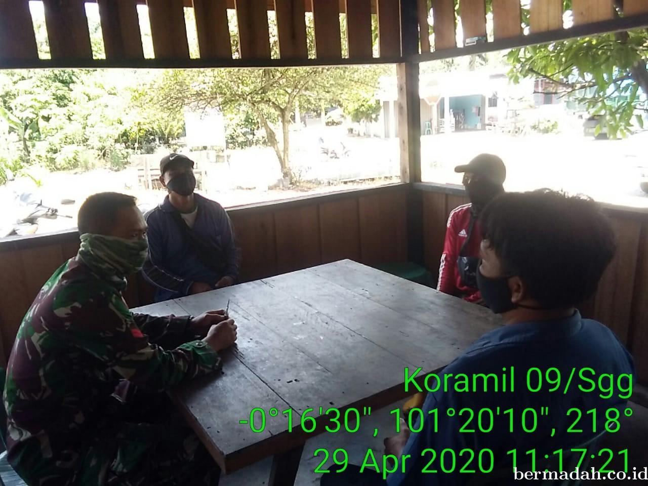 Komsos ke Desa Binaan, Babinsa Koramil 09/Singingi Ingatkan Warga Waspada Covid-19