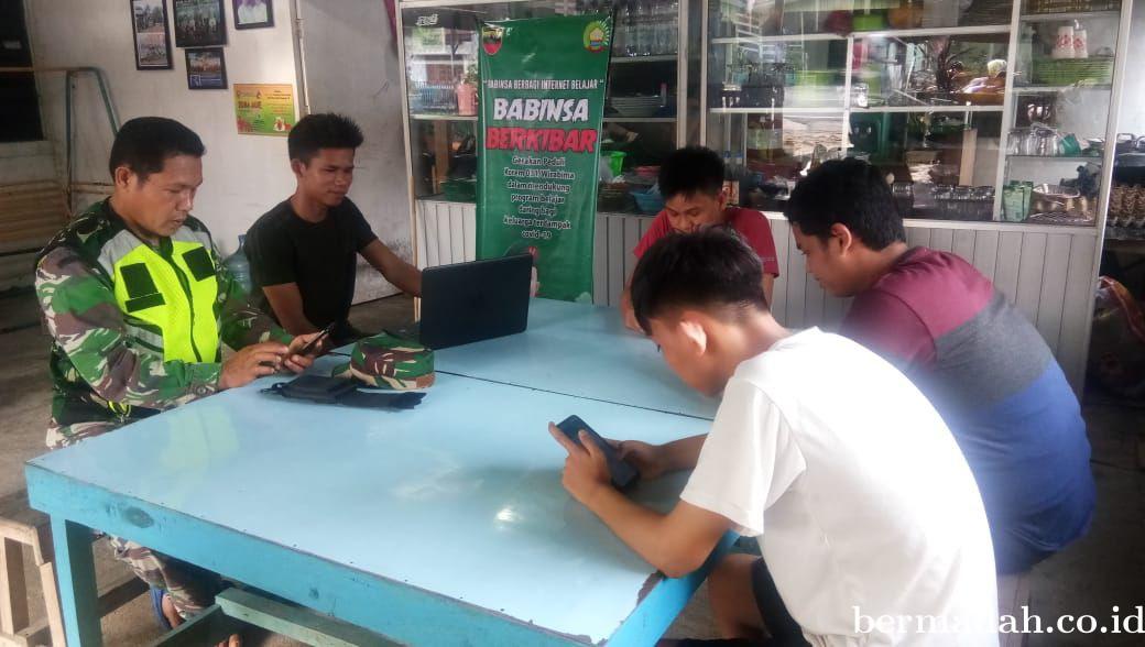 Sediakan Wifi Gratis, Babinsa Kodim 0302/Inhu Bantu Siswa Belajar
