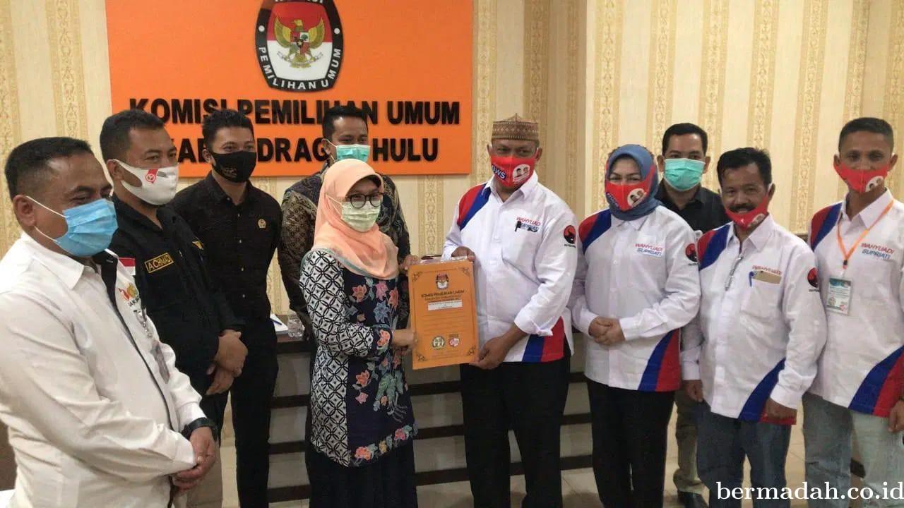 Wahyu Adi - Supriati, Pasangan Pertama Serahkan Dokumen Perbaikan ke KPU Inhu