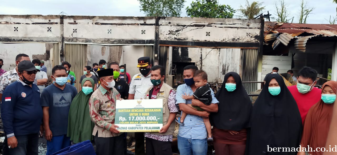 Bupati Harris Serahkan Bantuan Korban Kebakaran Jalan Pemda