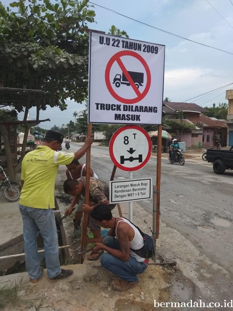 Menjaga Keselamatan Pengendara dan Jalan Tidak Hancur, FPAN Pasir Penyu Pasang Rambu