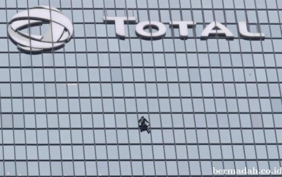 Spiderman Prancis kembali Panjat Gedung Tinggi di Paris
