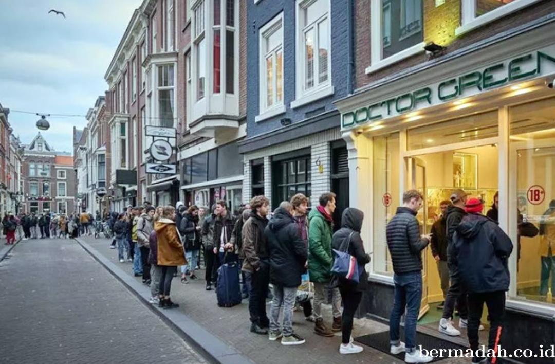 Jelang Lockdown Karena Virus Corona, Warga di Belanda Malah Antri Beli Ganja