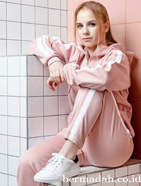 Perawat Rusia yang Kenakan Pakaian Dalam dengan APD Transparan Kini Jadi Model