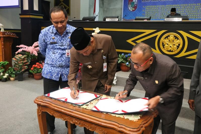 Ketua DPRD Sahril dan Wakil Walikota Pekanbaru menandatangani draf  Ranperda PTSP - (Ada 0 foto)