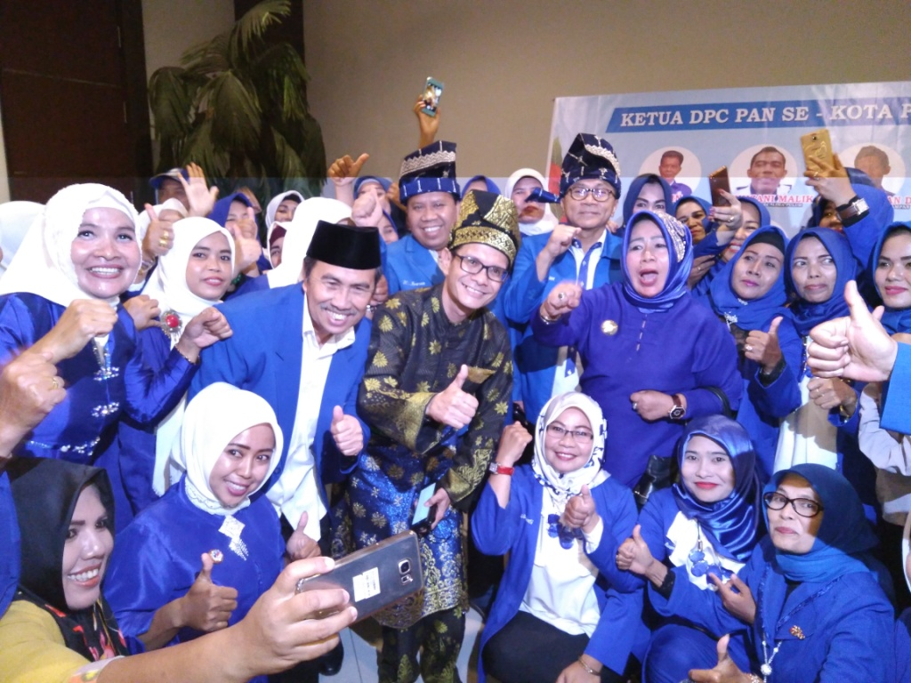 Foto Bersama dengan Kader PAN Riau dalam rangka Rakerwil PAN II - (Ada 0 foto)