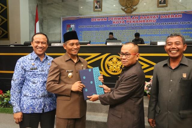 WAKIL Walikota Pekanbaru Ayat Cahyadi menerima draf  Ranperda PTSP dari Ketua DPRD Sahril - (Ada 0 foto)