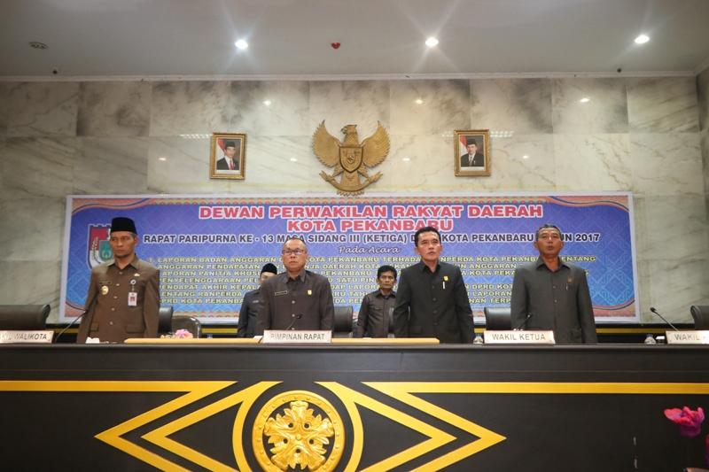 KETUA DPRD Pekanbaru Sahril didampingi dua Wakil Ketua DPRD dan Wakil Walikota Ayat Cahyadi menyanyi - (Ada 1 foto)