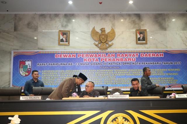 WAKIL Walikota Pekanbaru Ayat Cahyadi berbincang dengan Ketua DPRD Pekanbaru Sahril pada pengesahan  - (Ada 0 foto)